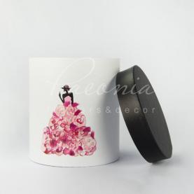 Коробка капелюшна для квітів Paeonia дівчина в плптті з рожевими пелюстками 15см*17см